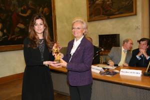 Pecc 2013 Flavia sivestroni ritira il Pr. per ilV.P.C. EU. on. A, Tajani consegna la scrittrice Luisa Gorlani